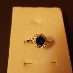 Women's ring with ablue stone and six little ones